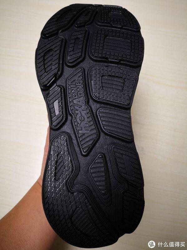 由于全部是黑色,看不太清楚,有纹路的部位是橡胶大底,据官方介绍,与Bondi5相比,在没有增加重量的情况下,对易磨损部位进行了加强,耐磨性和防滑性都得到了提升。