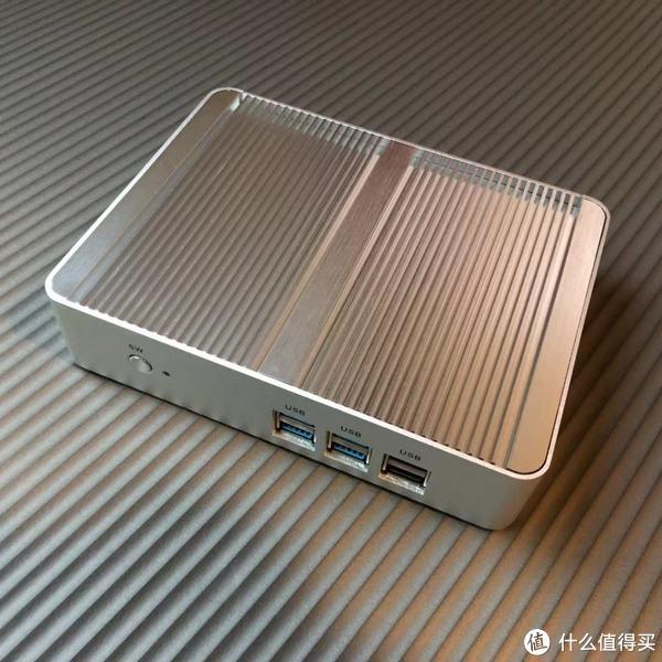 一体式的金属机身,整个上盖都是CPU的散热器