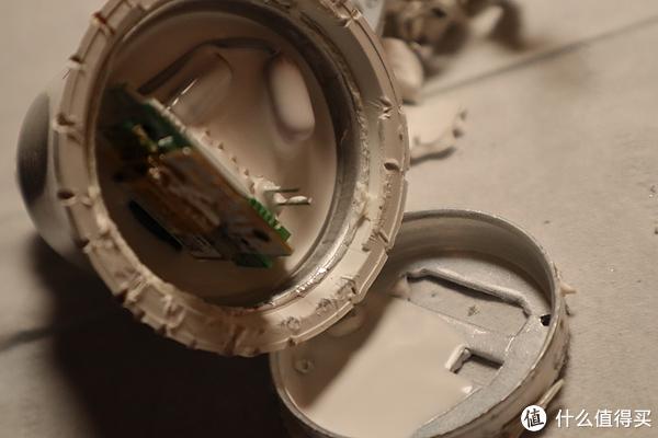图23 撬开的LED 散热板