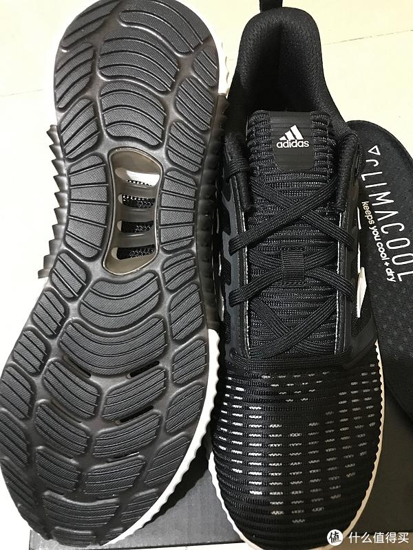 鞋底的透气孔挺多的。
