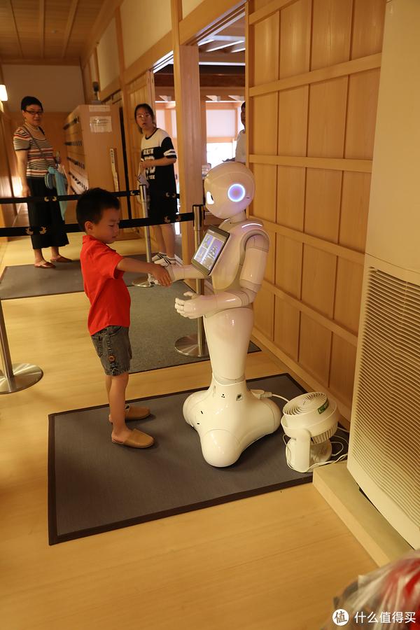 在入口处有一个简单的互动机器人,屏幕上显示了有关本丸御殿的各种介绍。