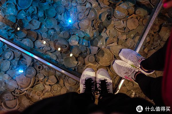 玻璃地板下面铺的都是碎瓷片,走在历史上