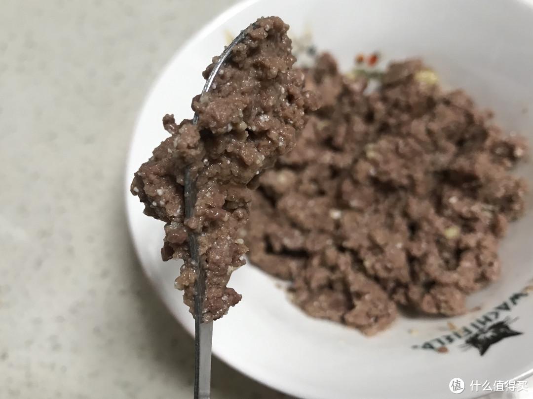 肉很黏勺(好事),原因有三:一是油脂少,二是添加的水少,即肉汤少,这使得它性价比高,三是添加的胶质少。少女也算是开过至少几百个罐头的人了,这么黏勺的除了巅峰之外还没有遇到~