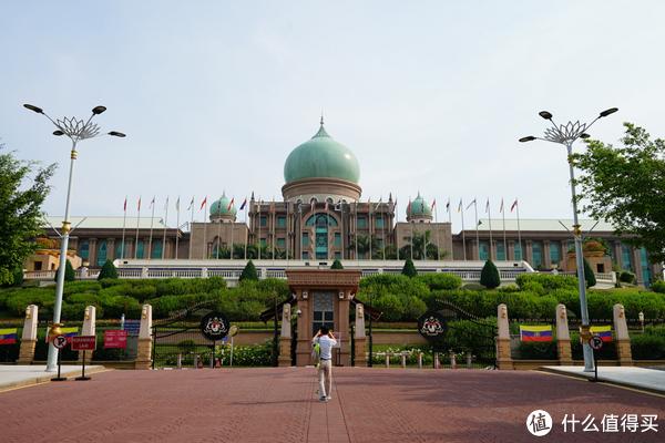 嗯,就是这里,最高行政机构,类似我们的znh,随便靠近随便拍照,你敢信?