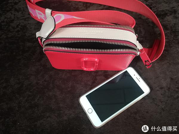 包包的尺寸:高度10 厘米、长度18 厘米、宽度 6 厘米。