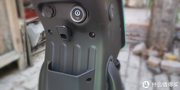 有一个usb充电,能给手机充电,用不上;一键启动完全鸡肋,不知道怎么想的;一个挂钩,有点小东西挂上还行,不过还是考虑安个中框;右侧有个把锁,车停好后按下就锁住了,用钥匙可以开锁