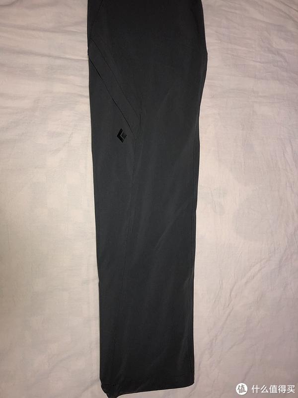 腿部是不规则裁剪,确保整个裤子更好看,这点国产的真的差点,图省事两道缝纫线解决。