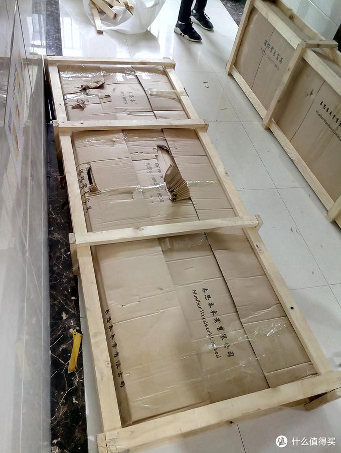 我订的白蜡木、木蜡油、1.8M大床,散件成包,纸箱包装,外打木框,比较规范的包装方式,由于产品是从广西发货来杭州,物流损坏了外纸箱,幸好开箱后,木头表面无损伤。木框稍微比纸箱偏大点,并未完全贴合,猜测是由于里面的木料是散件,但是分量很重,加上使用的泡沫纸,上千公里的颠簸,我推测木框打的时候是很紧密的,知识运输途中,木料成捆更加贴合,加上泡沫纸的收缩,造成了到货后木框偏大且松散的现象。