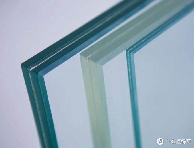 夹角玻璃:两层玻璃通过中间膜粘合在一起,中间部分为夹胶层