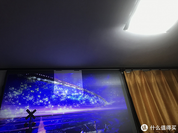 LED吸顶灯,亮度绝对够高,位置离幕布近,应该数据挺极端的测试了