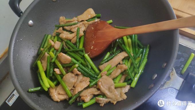 这样炒出来的蒜苗炒肉片 肉还挺嫩滑的