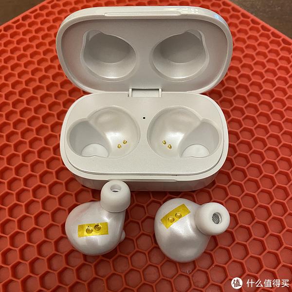 这里的小优点真的值得说一下,充电触点有贴纸保护者。但是耳机身上似乎没有光线感应