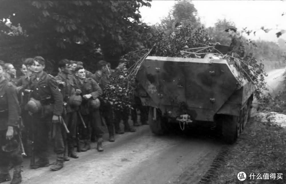 行军的士兵与Sd.kfz.251装甲车,1944年,法国
