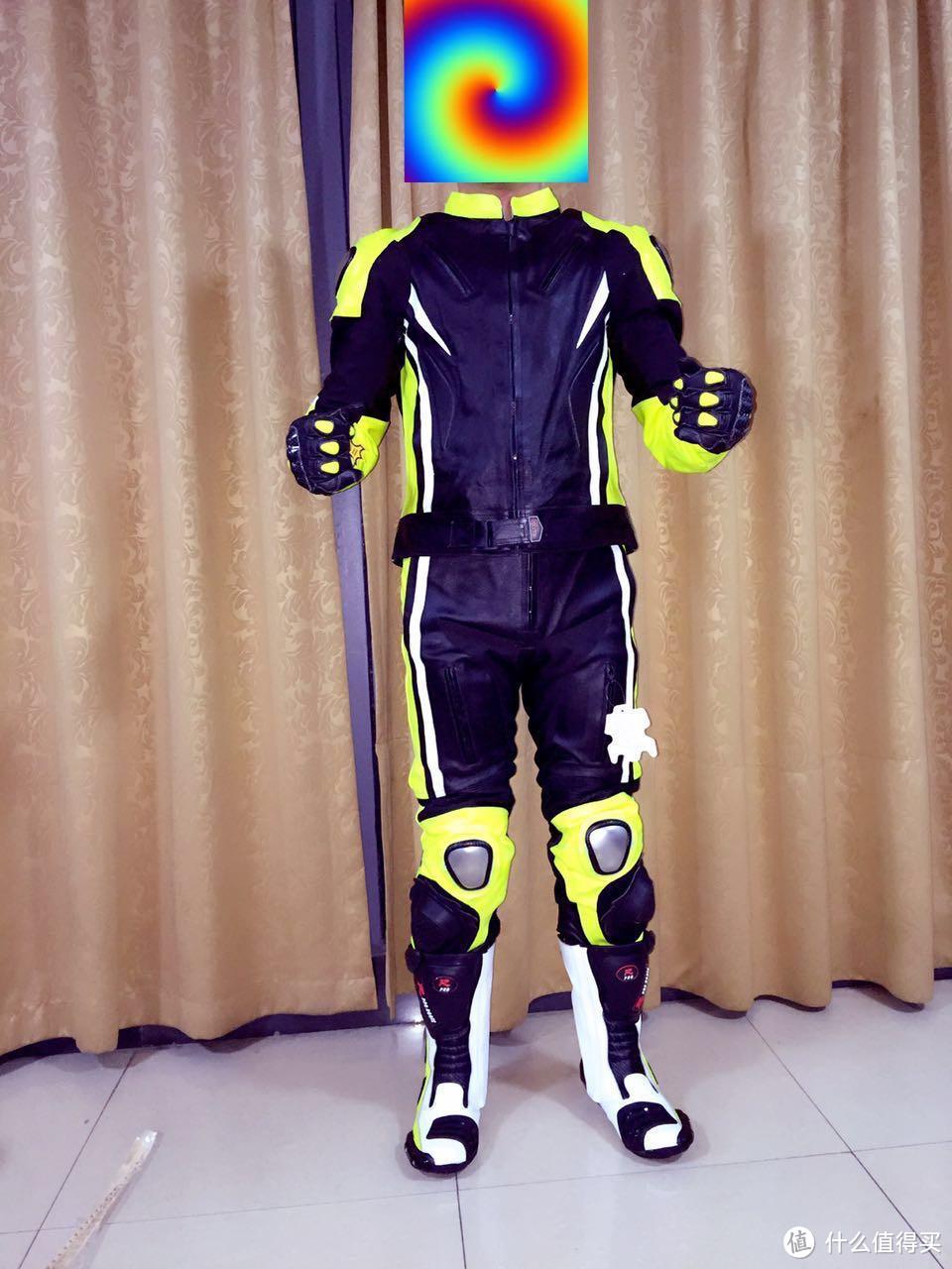 整套上身的效果,本人173cm-65kg,蛮合身的。脚上磨包 护膝都有,肩膀也有基本可以做到下赛道的标准了。
