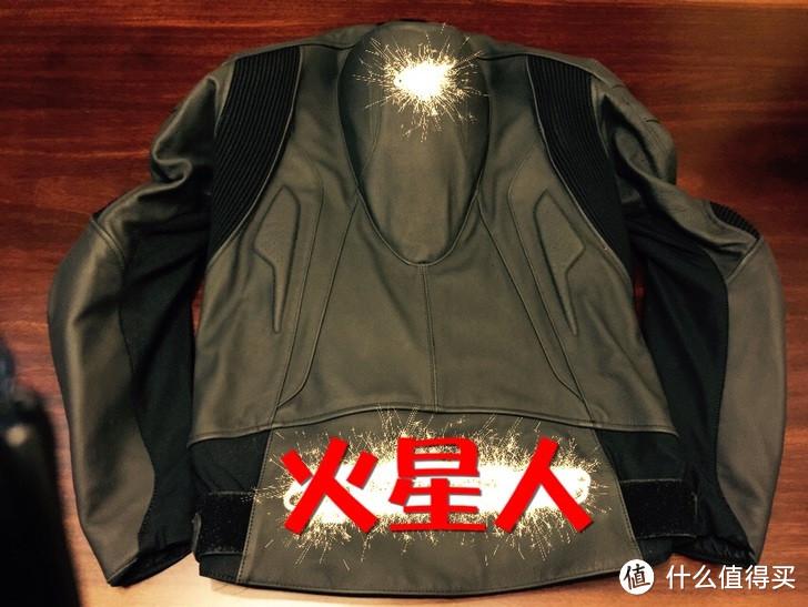 背部特写,拼接皮设计,整体黑色就是那种一身黑的感觉。