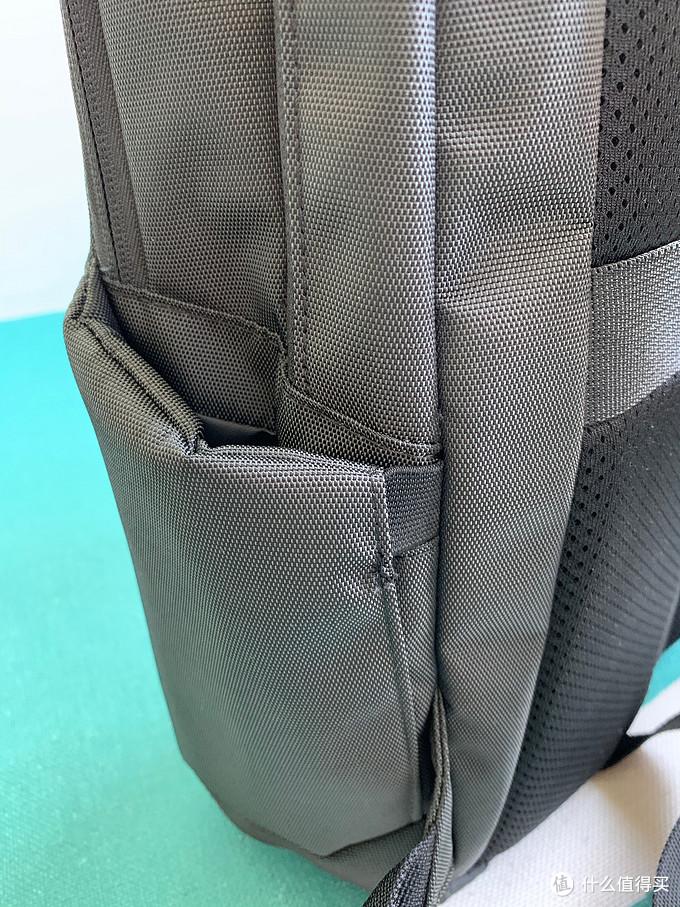 侧面口袋可以放雨伞,水壶等,有海绵包裹支撑,两侧还有松紧带固定,这样平时不会松松垮垮的,还是花了一番心思设计的,就是空间略小,放不了太粗的水壶。