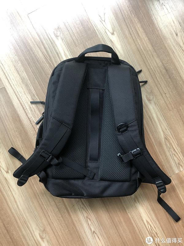 背带非常厚实,减压效果好,每条带子都附带的松紧带,避免带子悬空不美观,背部中间就是挂行李箱扶手的带子。