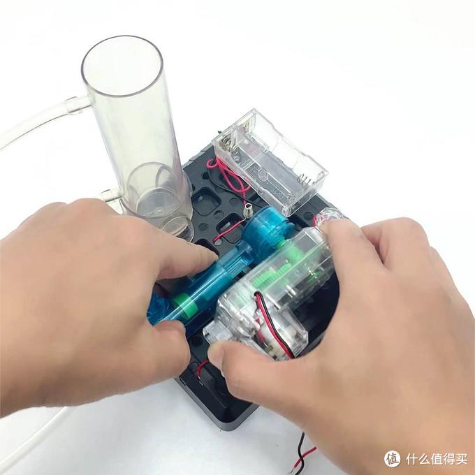 把电机和活塞卡到黑色底板的卡孔中,这一步要集中注意力,不要卡歪掉。