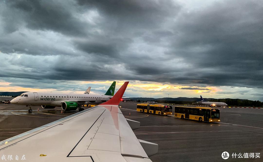 十一点的奥斯陆机场还没有天黑,夏天来高纬度地区有个好处就是不怕赶夜路,因为根本天不黑。上次冬天在芬兰下午四点就伸手不见五指了,吃个午饭出门简直怀疑时间被调了快进