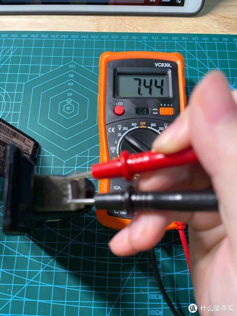 教你给电池锁死不充电的bose mini 2换电池