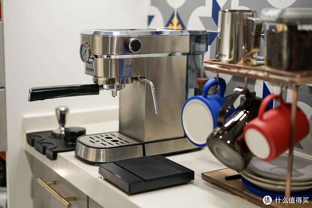 更新换代后,添置了磨豆机、秤以及压粉操作区,也很和谐