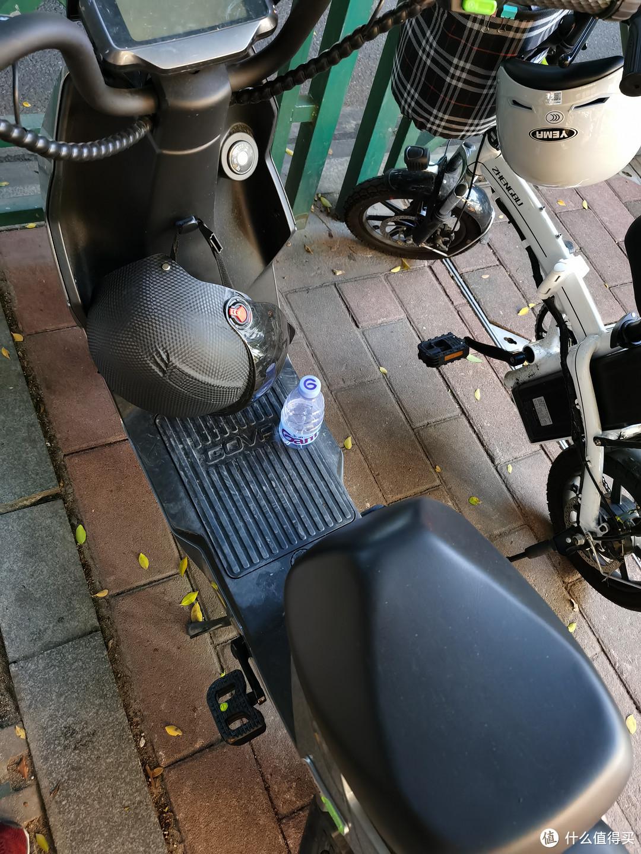停在路边,车上还被放了瓶水,脚踏的地方就是F0电池仓