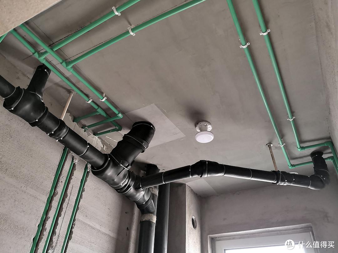给楼上的排水管做隔音。