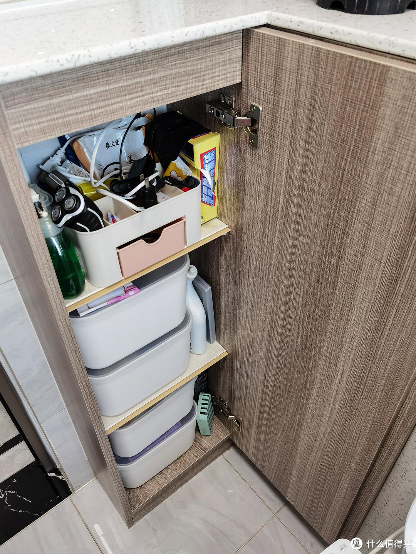 柜子里可以放很多东西。