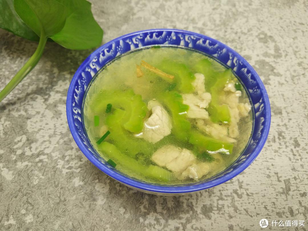 苦瓜肉片汤这样做,苦瓜翠绿不变色,夏季居家必备的降火汤