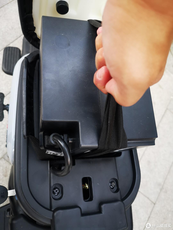 电池倒是没有其他人说的那么难卸,就是装的时候,侧面的手带需要贴紧下压。
