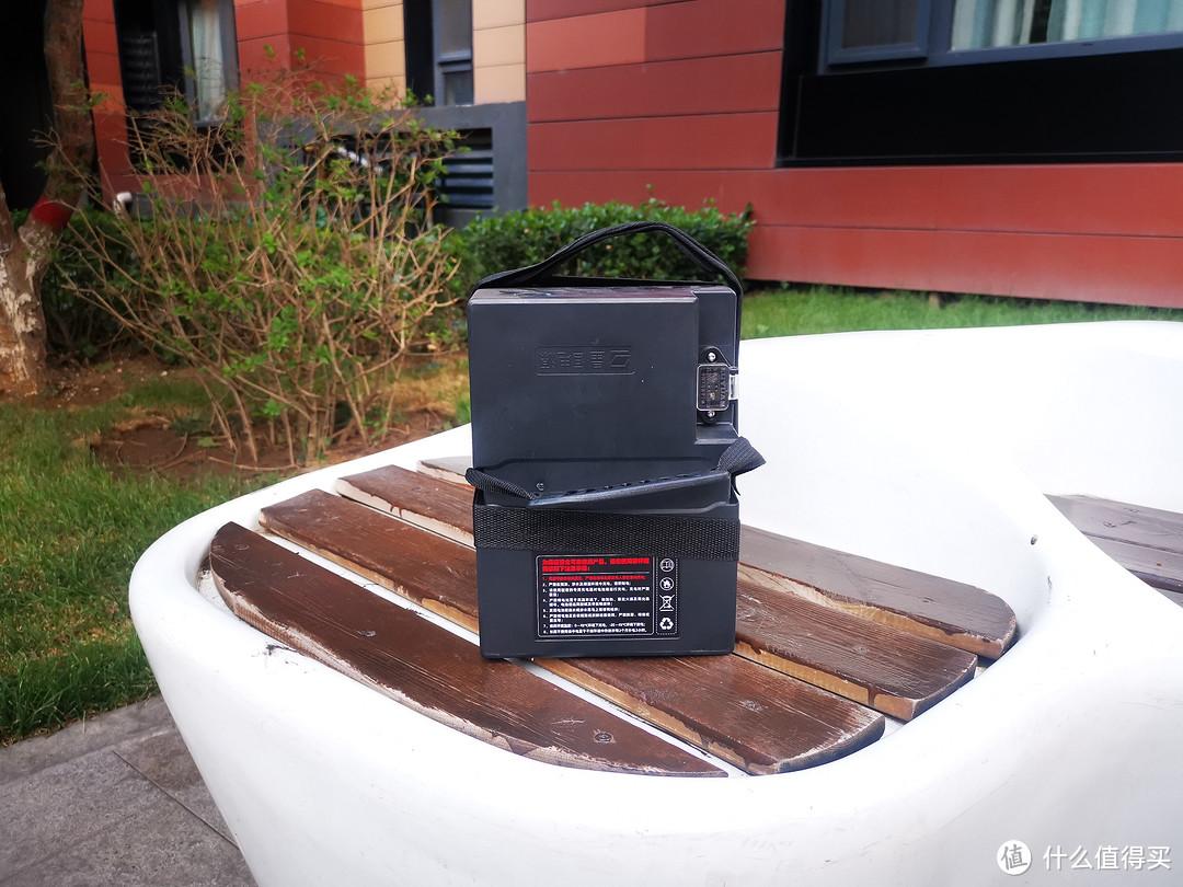10公斤的电池,确实比以前的铅酸轻多了。一只手提没压力。