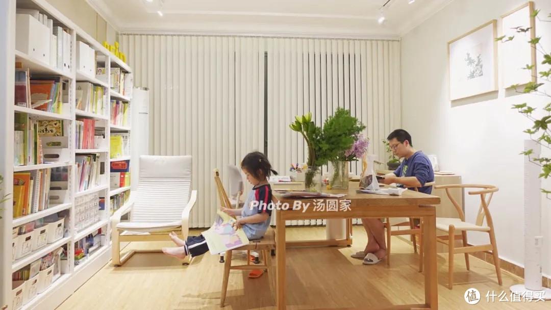 没沙发没电视,只有书桌,这个客厅更有温度