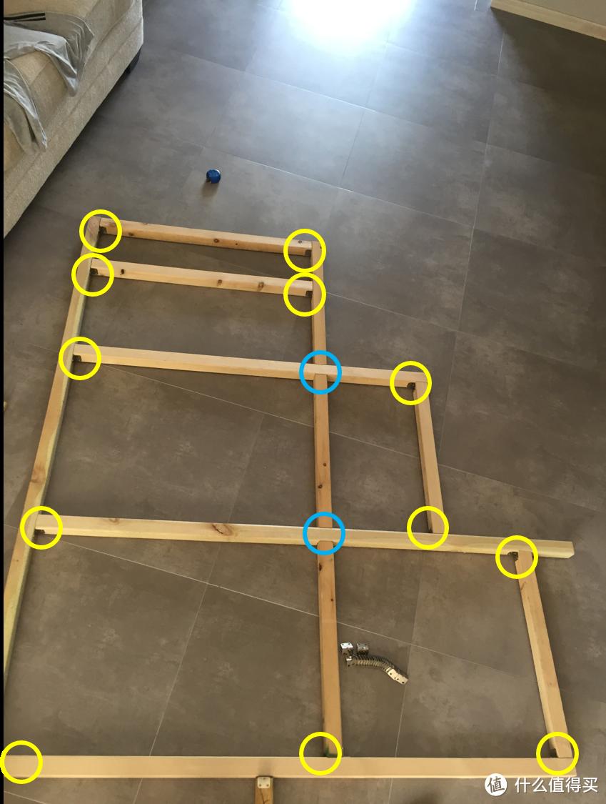 图中黄色圆圈是角铁的安装位置,两个蓝圈是相扣式的连接,地上银色的一串就是便宜的角铁