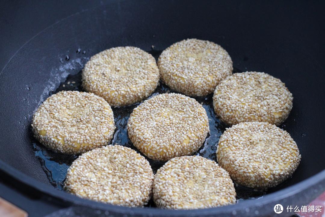 南瓜做成芝麻奶酪饼,无需油炸香喷喷,咬一口瞬间爆浆,太满足了