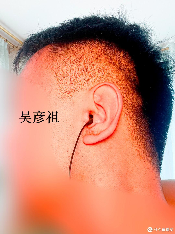 耳塞可以完全插入耳道,因为音腔相对较小,因此双层硅胶裙可以严丝合缝地堵住耳道,被动降噪的效果基本等同于3M隔音耳塞。