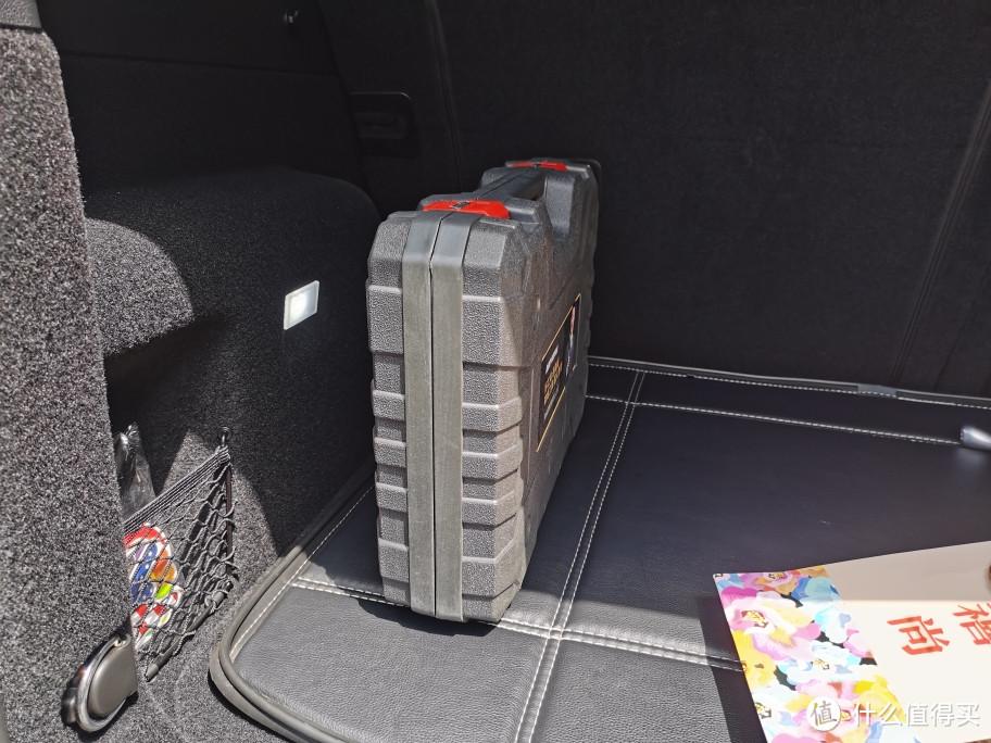 一个工具箱就可以挡住行李箱的全部灯光