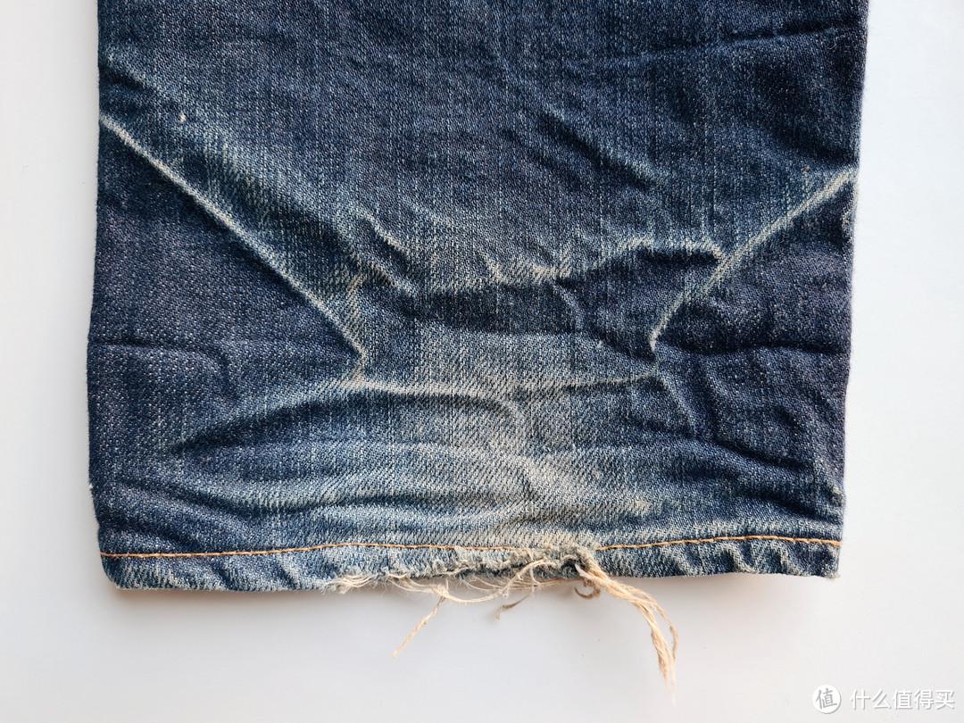 裤脚处的磨损
