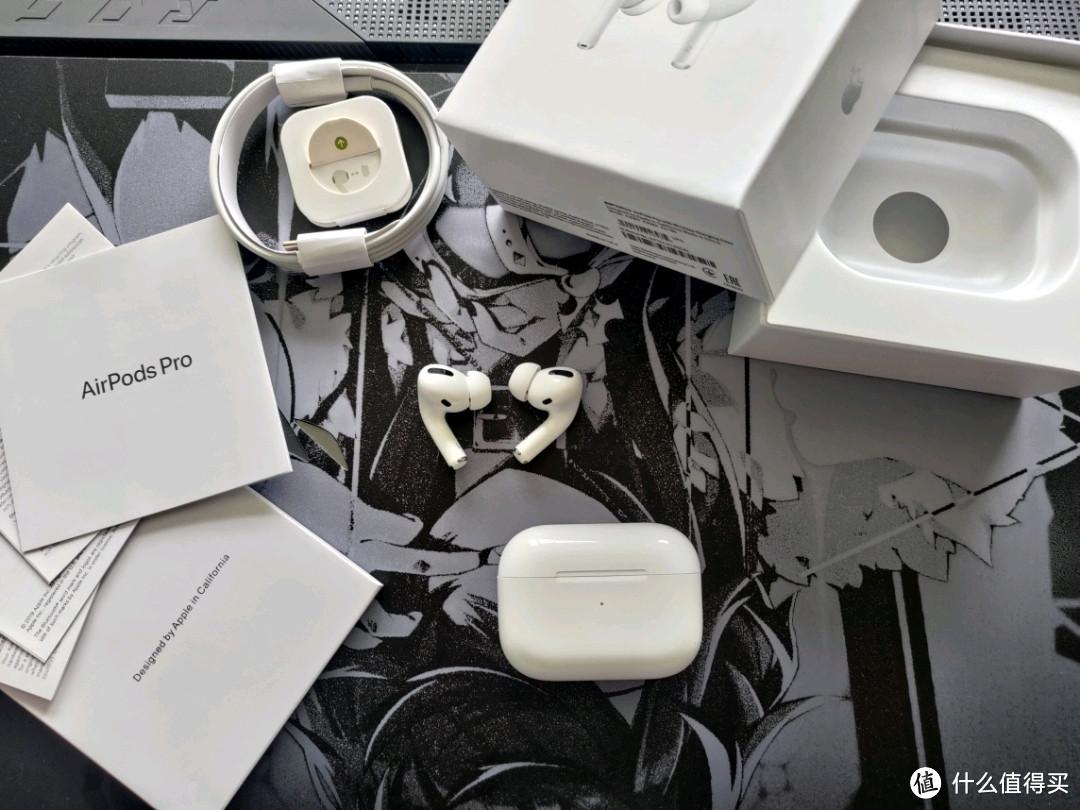 可以看到,配件是齐全的,一条数据线,说明 替换的耳塞头 耳机充电仓和耳机主体