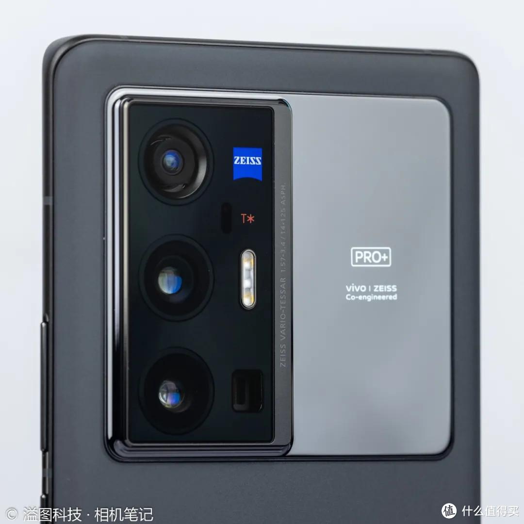 ▲ 全防抖4摄像头、蔡司小蓝标和T*小红标