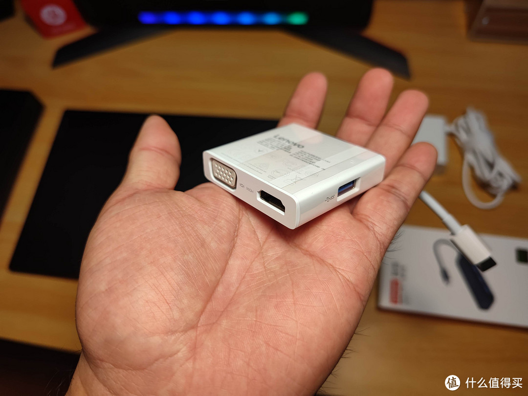 这是随机配送的Type-C转接器,毕竟是商务本,VGA投影的开会诉求免不了
