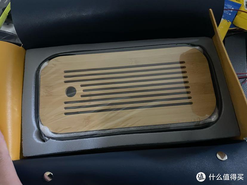 木质托盘,下面是陶瓷的,就像是家里的盘子一个感觉,易碎的感觉