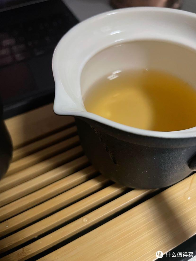 这虽然有导水的槽,但是倒的太快了茶水会侧漏,所以需要注意慢慢倒