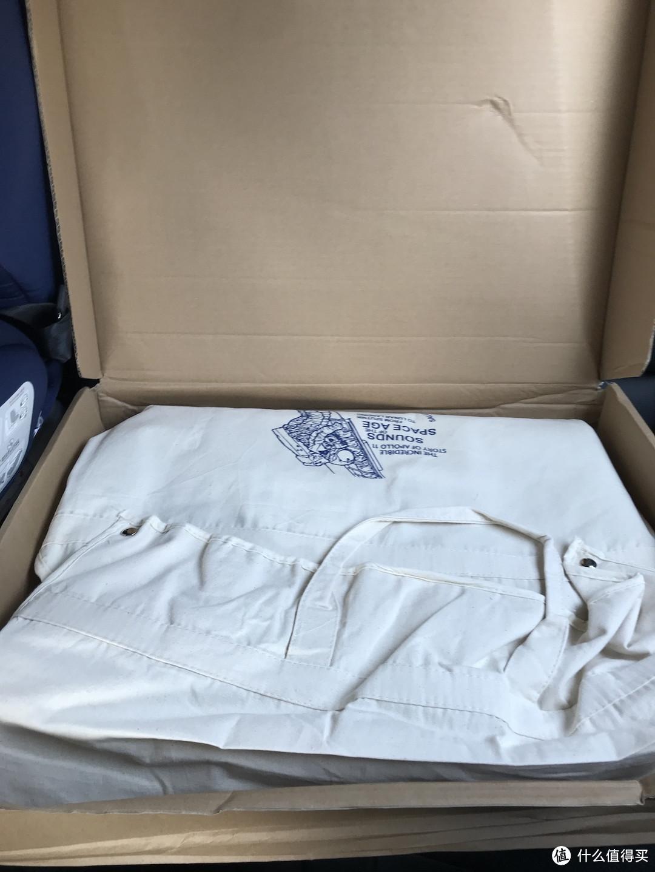 真拆包环节,包装略有点寒碜,纸盒外就是快递塑料袋,纸盒显然被压瘪了一些,还好内有一件麻布衣袋保护,以后也可以作为储藏用。值得注意的是皮衣不建议用抽真空的塑料衣袋储存,不透气,需要给皮料呼吸的空间。