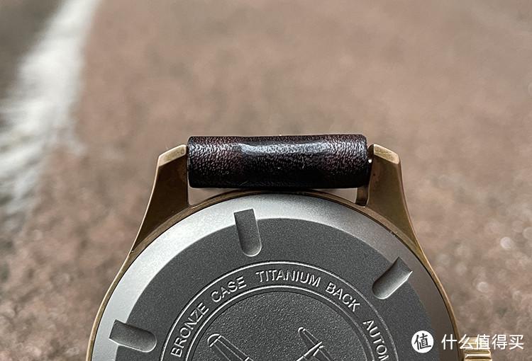 表带要大大赞一下,双层对折的真材实料,非常柔软的头层皮,不过因为对折,造成对拆处表带厚了,靠着表头,带都磨得光亮了